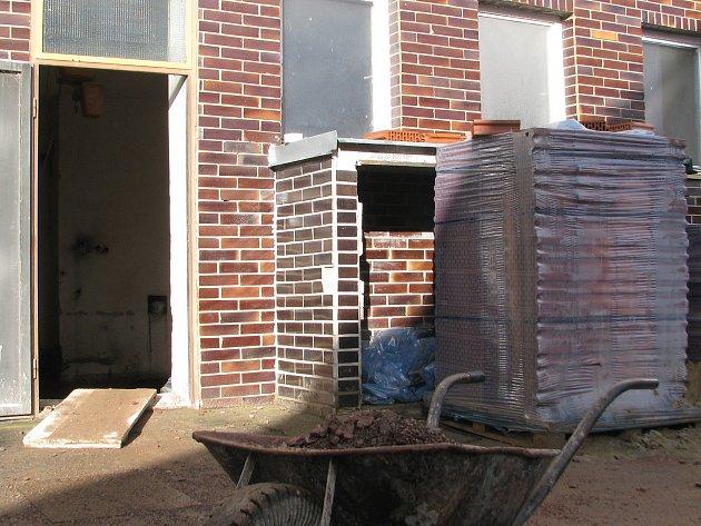Stavebníci pracují v dolnobojanovickém zdravotním středisku.