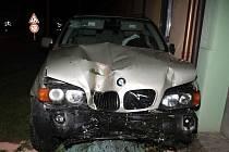 Opilý řidič nezvládl zatáčku a v kozojídkách na Hodonínsku naboural tři domy a další auto.