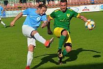 Fotbalisté Mutěnic (zelené dresy) čeká v tomto ročníku těžká zkouška a v prvním zápase vyzvou Bohunice. Na snímku hrají s Boskovicemi, které vyzvou až 18. září na jejich hřišti.