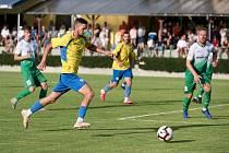 Dosavadní výsledky bzeneckých fotbalistů (na snímku v zelených dresech) jsou trochu divoké. Hodně gólů dokážou vstřelit, ale také dost inkasují.