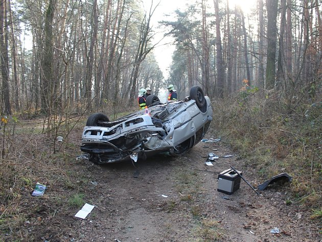 Auto po nehodě u Ratíškovic skončilo na střeše.