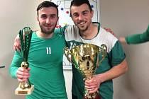 Amatérští reprezentanti jižní Moravy Tomáš Zůbek a Petr Kasala (vpravo) pózují s trofejí pro vítěze fotbalového krajského poháru.