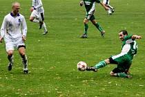 Záložník Bzence Pavel Hoša odehrává míč před kyjovským Karlem Půčkem.