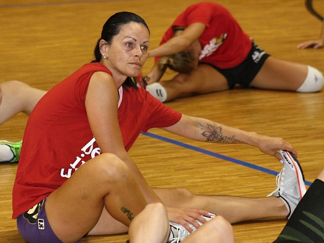 Hodonínské házenkářky se pilně připravují na premiérovou sezonu v MOL Lize. V úterním zápase nestačily na maďarský celek Mosonmagyaróvári KC SE. Porážce nezabránila ani Alžběta Tóthová (na snímku).