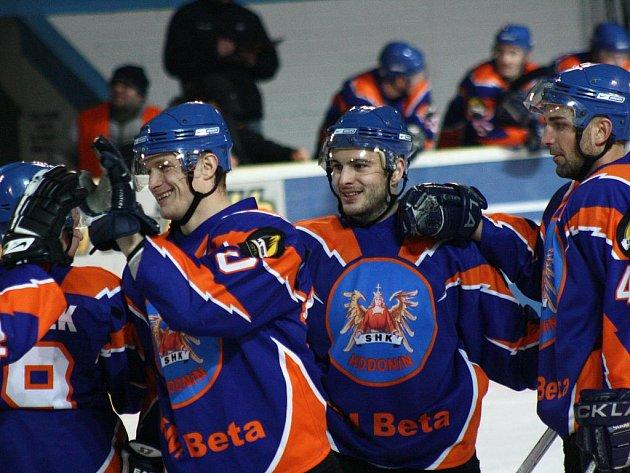 Hokejisté Hodonína oslavují vítězství.