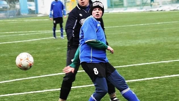 Fotbalisté Velké nad Veličkou (v modrém) prohráli v dohrávce 5. kola Zimního turnaje ve Veselí nad Moravou s Ostrožskou Novou Vsí 2:4.