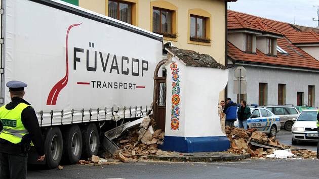 Památkově chráněnou kapličku ve Strážnici naboural řidič kamionu.