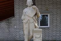 Socha Josefa II. stojí od soboty 3. září v Josefově.