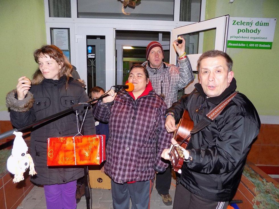 K Česko zpívá koledy se již tradičně připojují také klienti Zeleného domu pohody Hodonín.