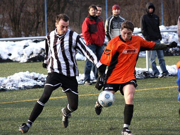 Záložník Kyjova Michal Spáčil (v oranžovém) se snaží odcenntorvat přes středopolaře Bzence Škodíka mladšího.