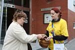 Lidé si v ulicích mohli ve středu koupit žluté kvítky Ligy proti rakovině.