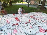 Obří plátno pro Slovácký rok v Kyjově maluje přímo na ulici bzenecká výtvarnice Lenka Jurečková.