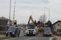 Opravy železničního přejezdu ve Vnorovech tady uzavřely dopravu na státní silnici I/55.
