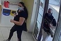 Policisté pátrají po totožnosti dvojice z drogerie.