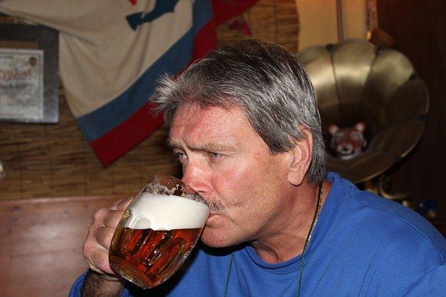 František Ondruš při prvním dnu otevření restaurací ve srubu přístaviště UJezu.