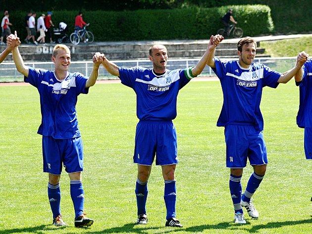Fotbalisté Kyjova se společně s věrnými fanoušky radují ze zisku třech bodů. Svěřenci kouče Františka Ondrůška doma zdolali Bzenec 3:1.