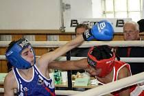 Mladý těmický boxer Petr Procházka si v mistřínské Sokolovně poradil s Erikem Bodečkem z Olomouce.