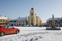 Místo zóny klidu a pohody je z Bartolomějského náměstí ve Veselí nad Moravou parkoviště.