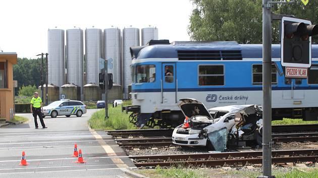 Tragická nehoda na železničním přejezdu ve Bzenci. Osobní vlak se střetl s osobním autem, 14. 8. 2020