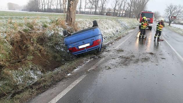 Řidička dostala mezi Svatobořicemi a Kyjovem smyk na mokré silnici.
