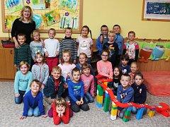 Žáci první třídy ze Základní školy ve Vacenovicích s paní učitelkou Janou Ostrezi.