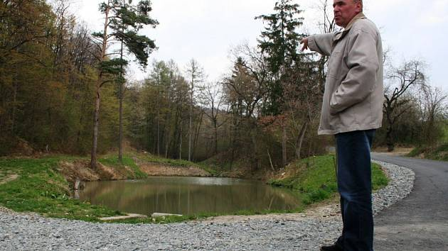 Nový zvětšený rybník má podpořit malé rybáře v jejich zálibě