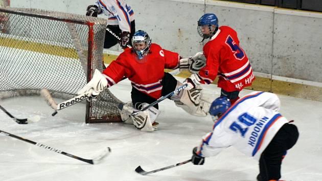 Mladší dorostenci Hodonína (v bílém) deklasovali v dohrávce 4. kola finálové části Uherské Hradiště 11:3.