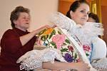Besedu o tom, jak správně oblékat kroj a jak se o něj nejlépe starat, uspořádaly ženy z Ženského pěveckého sboru v Hroznové Lhotě.