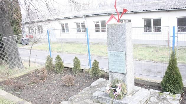 V těchto místech byl v letech nacistické poroby internační tábor. Nezapomeneme. Píše se na pomníku připomínajícím úděl vězněných v letech 1942 až 1945 u Svatobořic. Na místě má vzniknout muzeum i nový památník.