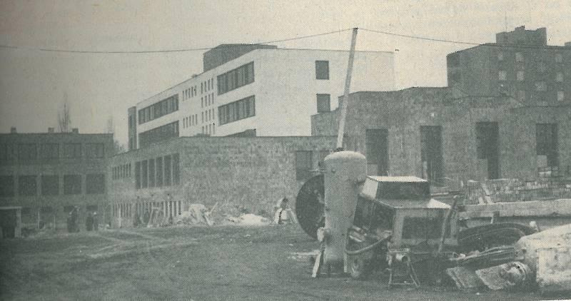 STAVBA. Sídlo okresního výboru KSČ v Hodoníně krátce před dokončením v únoru 1983.