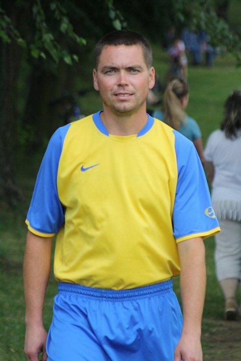 Fotbalisté Petrova (v modrožlutých dresech) v neděli uspořádali pohárový turnaj. Z vítězství se radoval Radějov. Sudoměřicím nepomohli ani známí hokejisté Vladimír Vlk, Martin Hujsa a Zdeněk Jurásek.