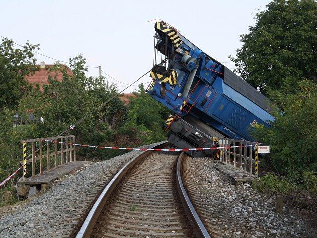 Na vyproštění vykolejeného jeřábu přivezli do Vnorov i hasičský tank. Ten pomocí lana zajistil naklánějící se jeřáb.