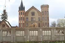 Demolice provozních budov v areálu bzeneckého zámku.