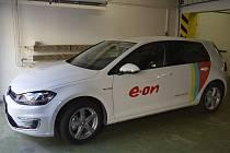 Zaměstnanci hodonínského městského úřadu zkouší elektromobil.