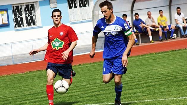 Kapitán Kyjova Jakub Červinek (v modrém), který nastoupil vedle Možíše a Breziny v útoku, se střelecky neprosadil. Slovácký celek i tak vyhrál nad Boskovicemi 2:1.