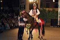 Kůň byl ve světle reflektorů nesvůj.
