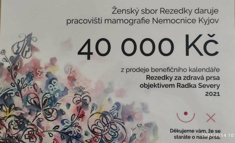 Ženský sbor Rezedky nafotil charitativní kalendář. Výtěžek z prodeje putoval na rozvoj pracoviště mamografie Nemocnice Kyjov.