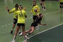 Hodonínské házenkářky (ve žlutých dresech) letos sbírají v MOL lize cenné zkušenosti.