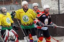 Hokejbalisté Sudoměřic (ve žlutém) prohráli ve druhém čtvrtfinálovém zápase s Poličkou 1:2. Série se za vyrovnaného stavu 1:1 přesouvá na východ Čech.