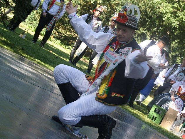 V zámeckém parku ve Ždánicích se v soutěži utkalo osmnáct verbířů z Hanáckého slovácka. Vítěz postupuje do Strážnice.