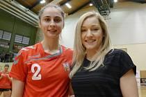 Osmnáctiletá házenkářka Veselí nad Moravou Jana Šustková (vlevo) pózuje po utkání s Bulharskem s českou reprezentační křídelnicí Janou Knedlíkovou.