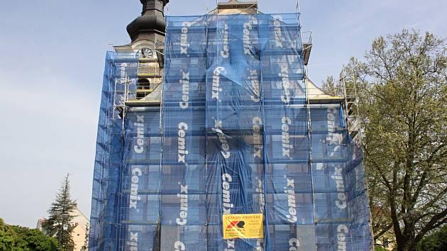 Opravy fasády hodonínského chrámu svatého Vavřince.