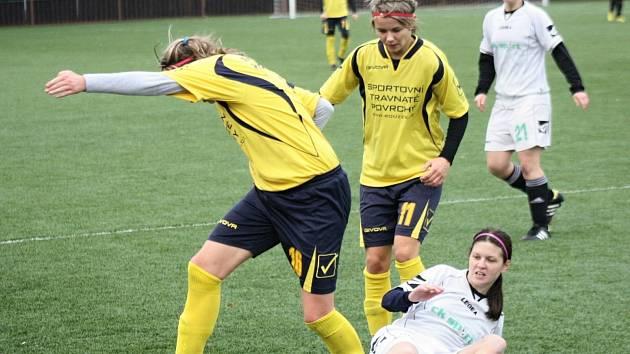 Kanonýrka Hodonína Alexandra Blahová (ve žlutém dresu) se v utkání v Ostravě zranila a její start proti Horním Heršpicím je nepravděpodobný.