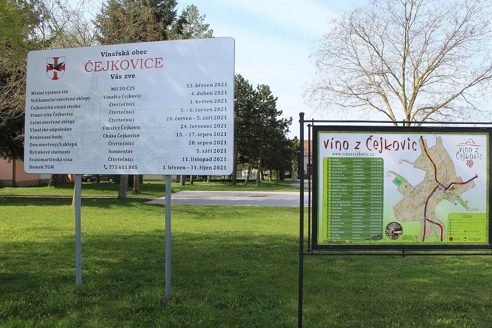 Centrum obce v Čejkovicích.