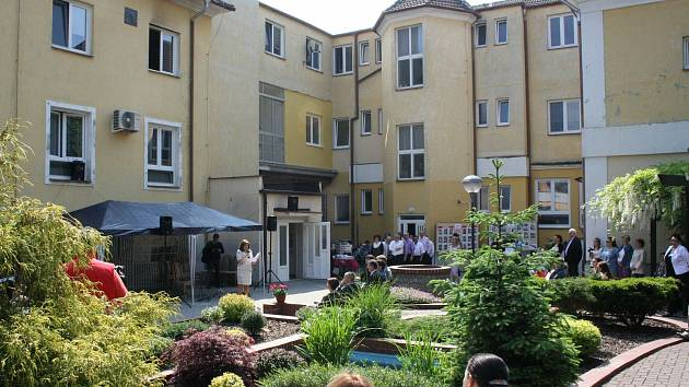 Nádvoří a zahrada Domova na Jarošce v Hodoníně.