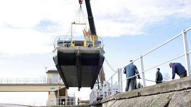Loď Konstancie s kapacitou šedesáti lidí stěhuje jeřáb každý podzim kvůli tomu, že Stará Morava na rozdíl od hlavního toku nezamrzá, takže plavidlo tady neohrozí kry.
