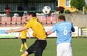 Fotbalisté Mutěnic (ve žlutých dresech) přehráli ve vloženém 30. kole krajského přeboru Boskovice 2:0 a zůstali v čele tabulky.