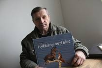Fotodokumentarista Oldřich Mikulica v redakci Hodonínského deníku Rovnost s novou knihou Hýčkaný vetřelec.