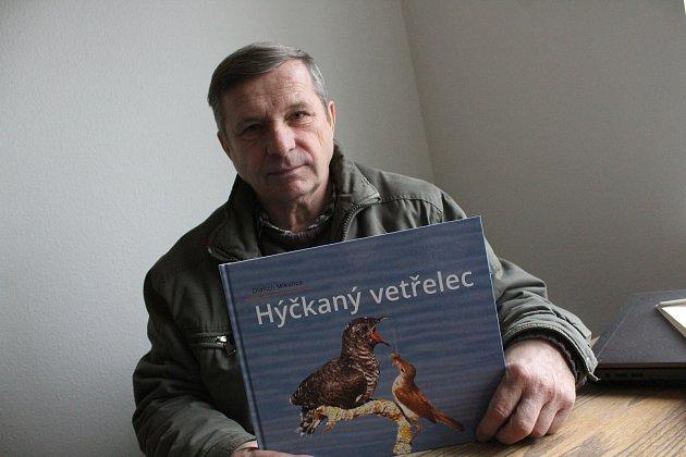 Fotodokumentarista Oldřich Mikulica vredakci Hodonínského deníku Rovnost snovou knihou Hýčkaný vetřelec.