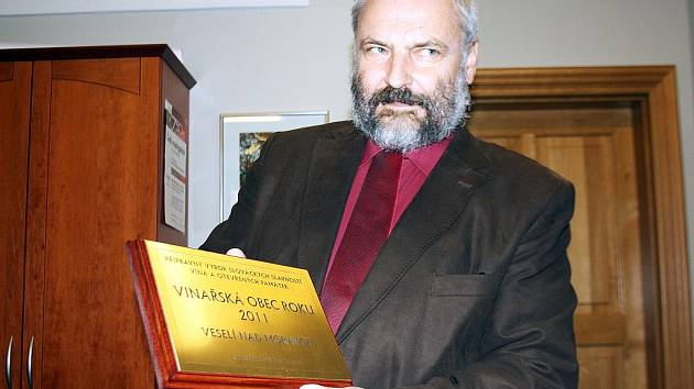 Veselí nad Moravou získalo v Uherském Hradišti ocenení Vinařská obec roku 2011.